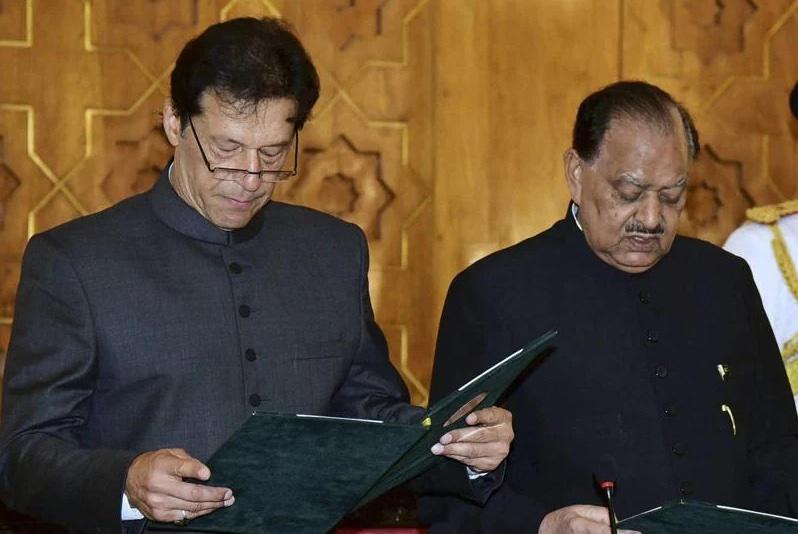 Mamnoon Hussain Taking Oath from Imran Khan